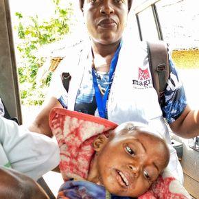 Těžko podvyživený Libona Mbila v sanitce MAGNA.
