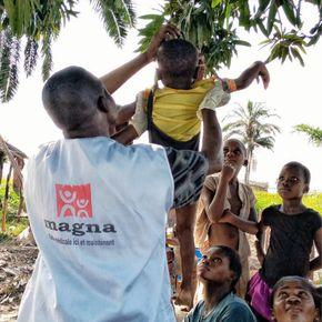 Vážení podvyživených dětí v Yumbi.
