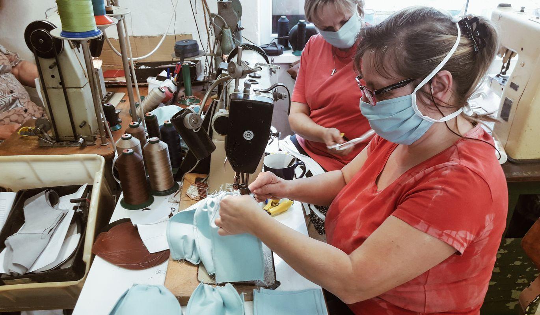 Vasky místo bot šijí roušky pro zlínskou nemocnici. Spojily se i s Maappi